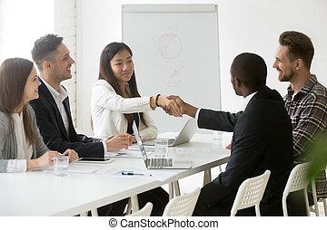 partenaires, après, réussi, travail, poignée main, négociations