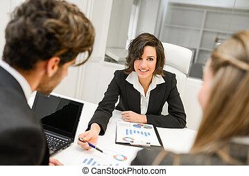 partenaires, business, discuter, idées, documents, réunion