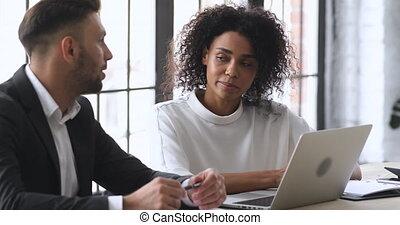 partenaires, business, mélangé, jeune, course, deux, discuter, projet, ideas.