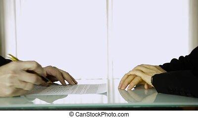 partenaires, gros plan, signer, client, contract., femelle transmet, homme affaires, mâle, moule