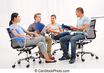 partenaires, groupe, business, discuter, confiant, papier, réunion