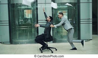 partenaires, lent, bureau affaires, lancement, concept., mouvement, jeunesse, agréable, contrats, métier, papiers, amusement, équitation, chaise, apprécier, partie., avoir, heureux