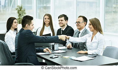 partenaires, poignée main, bureau, business, créatif, fond, réunion équipe