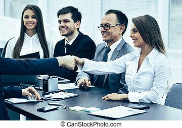 partenaires, poignée main, bureau, business, créatif, réunion