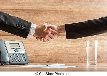 partenaires, poignée main, bureau, business, réussi, après, deux, réunion