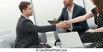 partenaires, poignée main, réunion, business, confiant