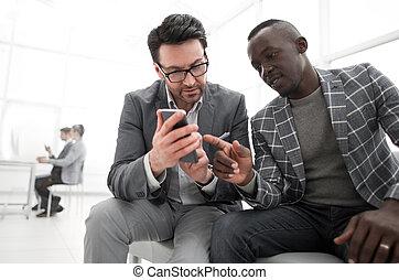 partenaires, smartphone, professionnels, média, regarder, deux, contenu