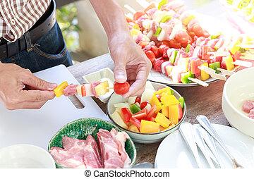 partia., człowiek, grill, rożen, przygotowując