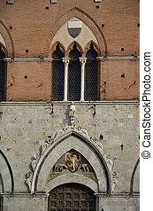 Veduta dell'ingresso e della bellissima cornice del palazzo comunale di Siena