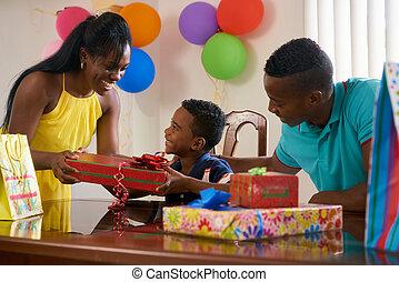 Partido, criança, pai, celebrando, aniversário, mãe, lar, Feliz