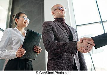 partner, na, zakelijk, rillend, middelbare leeftijd , zakenman, hand, onderhandeling