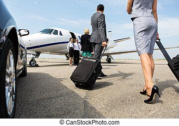 partnern, gående framemot, affärsverksamhet jet, privat