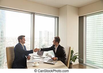partners, руки, два, соглашение, businessmen, изготовление, улыбается, shaking