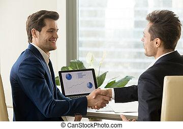 partners, handshaking, доволен, два, businessmen, улыбается, плавник