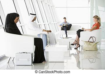 pasażerowie, usługiwanie, w, lotnisko, rozwalanie się odjazdu