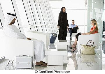 pasajeros, esperar, en, aeropuerto, sala embarque