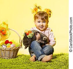 pasen, klein meisje, geitje, vasthouden, bunny konijn, mand, eitjes, op, gele achtergrond