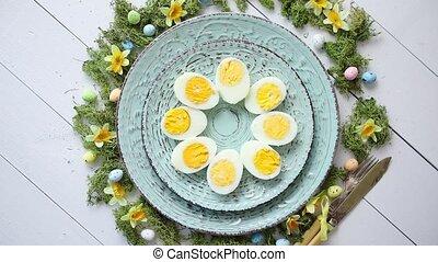 pasen, tafel te zetten, met, bloemen, en, eggs., decoratief,...