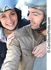 paseo, bicicleta, pareja, teniendo, sonriente
