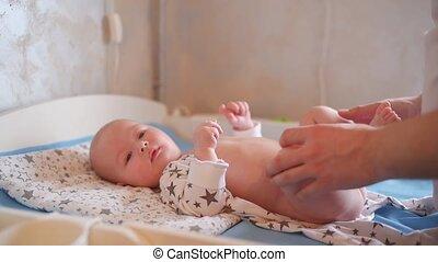 pasgeboren, aankleding, papa, het geven, zijn, weinig; niet zo(veel), vader, baby, child.