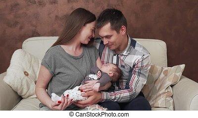 pasgeboren baby, gezin, vrolijke