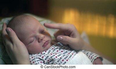 pasgeboren baby, het glimlachen, stroking, slapende
