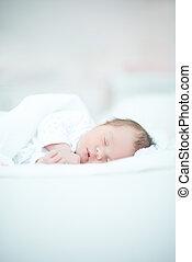 pasgeboren baby, het leggen, op wit, bed