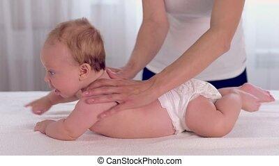 pasgeboren baby, masserende handen, haar, moeder