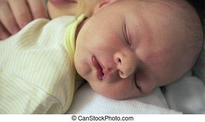 pasgeboren baby, moeder, slapende