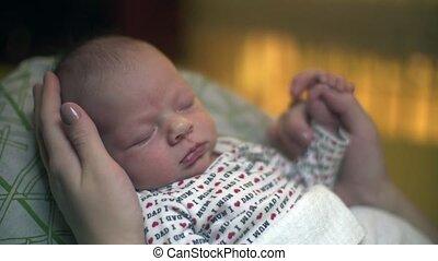 pasgeboren baby, slapende, masseren, hand
