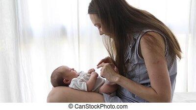 pasgeboren baby, spelend, moeder