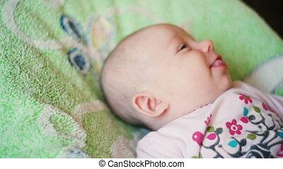 pasgeboren baby, vrolijke , schattig, het liggen
