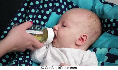 pasgeboren baby, zuigen