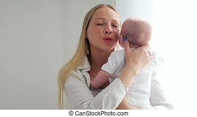 pasgeboren, geklede, baby, moeder