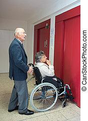 passager, épouse, fauteuil roulant, obtenir, ascenseur, mari, dehors