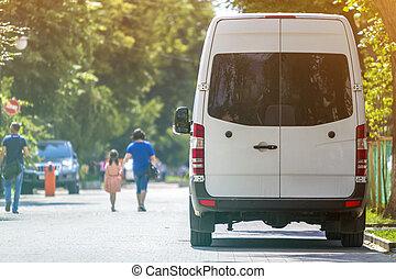 passager, été, arbres., dos, brouillé, rue, garé, taille, ville, fourgon, luxe, sous, blanc, voyante, voitures, commercial, ombre, minibus, piétons, arbre, n, silhouettes, vert, vue