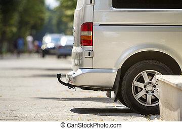 passager, été, brouillé, rue, garé, remorque-barre, taille, ville, fourgon, détail, arrière-plan., luxe, silhouettes, voyante, voitures, ensoleillé, gros plan, argent, minibus, piétons, trottoir, vue côté
