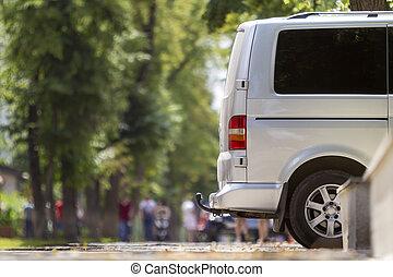 passager, été, détail, rue, garé, taille, ville, copie, fourgon, espace, trottoir, arrière-plan., bokeh, luxe, blanc, voyante, arbres, brouillé, minibus, piétons, silhouettes, vert, vue côté