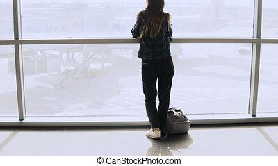 passager, femme, réussi, sac à dos, terminal., 4k., aéroport, smartphone, fenêtre., promenades, girl, heureux, européen
