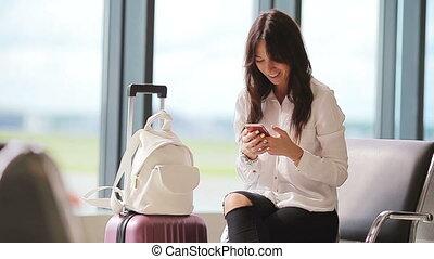 passager, femme, vol, salle, talkbe, aircraft., salon aéroportuaire, attente, ligne aérienne, caucasien, cellphone