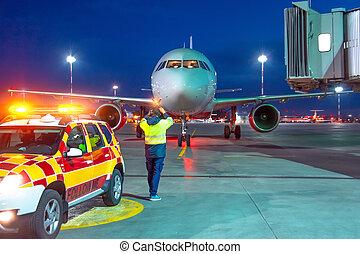 passager, rouler sol, surveillant, signal, rencontre, marshall, nuit, aéroport, équipage, avion, stationnement, vest., vue., place., avion, aviation, terrestre