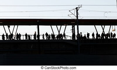 passagers, silhouettes, station, ouvert, ferroviaire
