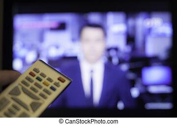 passe segurar, televisão remote, com, um, televisão, em, a, fundo