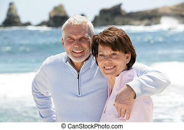 passeggiare, coppia, spiaggia, vecchio, lungo