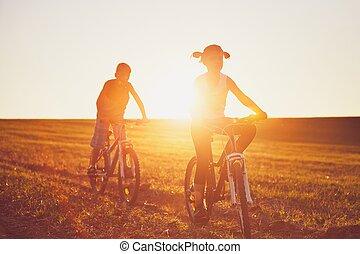 passeio bicicleta, em, a, pôr do sol