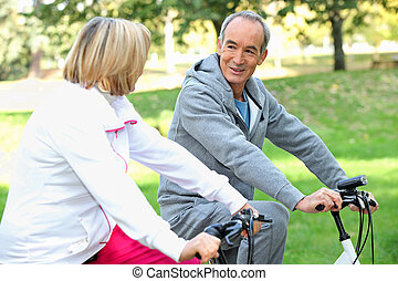 passeio, bicicleta, par, sênior