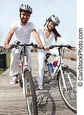 passeio, par, bicicleta, jovem, tendo
