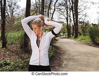 passen, jonge vrouw , het bereiden, voor, haar, uitvoeren, in, bos