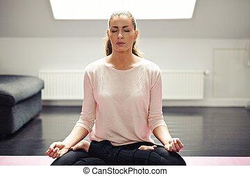 passen, jonge vrouw , in, meditatie