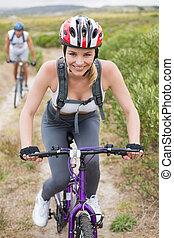 passen, paar, cycling, op, berg, spoor